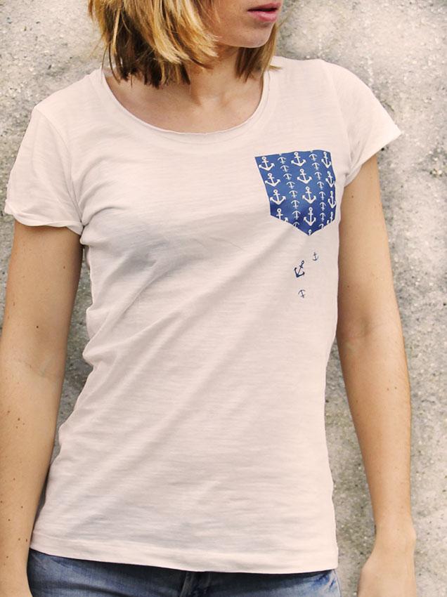 T-shirt pour femme avec un motif représentant une poche bleues avec des motifs d'ancres tombantes