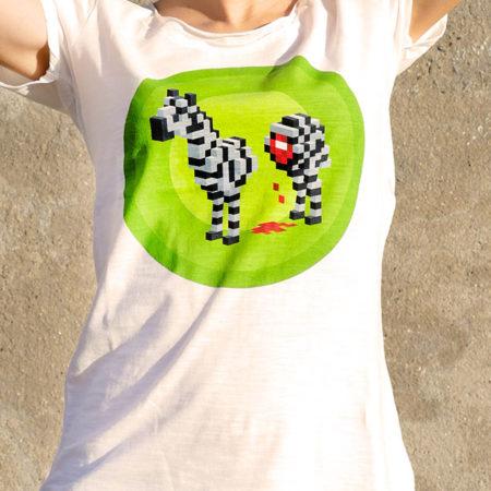 T-shirt pour femme avec un motif représentant un zèbre en pixel entouré dans des rond verts