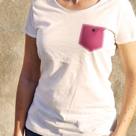 T-shirt pour femme avec un motif représentant un poche rose avec un bouton