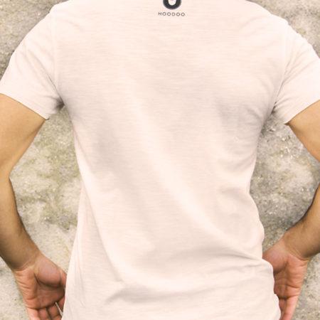Aperçu du dos du t-shirt avec le logo de la marque Hoodoo imprimé en petit en haut du t-shirt