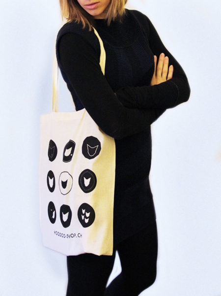 présentation de notre sac en toile avec des logos du chat
