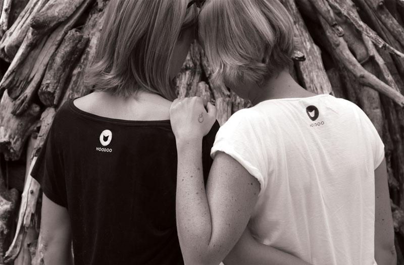 les soeurs de dos avec le logo sur la nuque