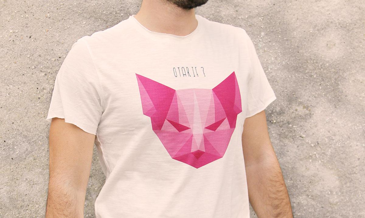 t-shirt homme avec un visuel de tête de chat dessiné en origami