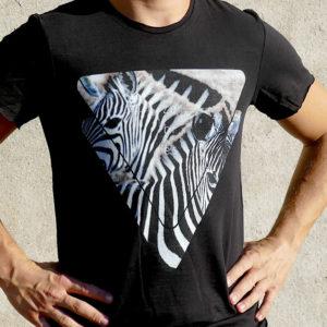 t-shirt homme avec le visuel zèbre de la collection tanzanie